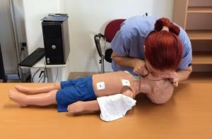 Ha a gyermek nem lélegzik, akkor ötször befúvásos lélegeztetést alkalmazok