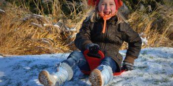 január a kislány szánkózik
