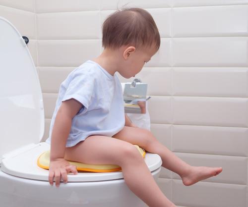 gyermek ül a wc-n