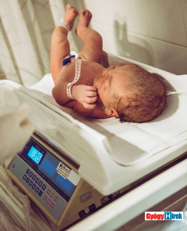 újszülött súlymérése